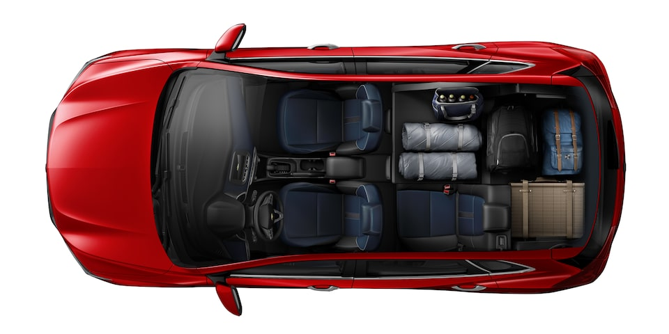 Espacio interior de Chevrolet Tracker 2021 con asientos independientes desplegables para picnic